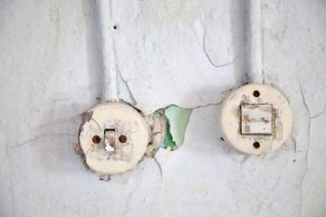 Zwei Lichtschalter in einer Ruine