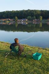 Angler am See in der Morgendämmerung