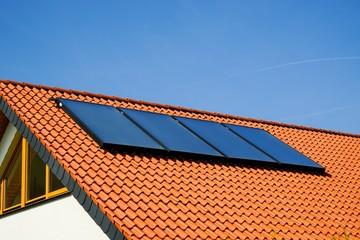 Wohnhausdach mit Solarkollektoren