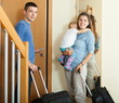 canvas print picture - Smiling family with luggage
