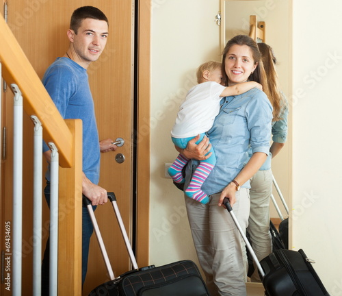 canvas print picture Smiling family with luggage