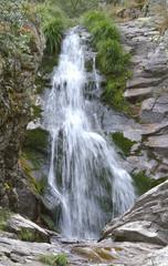 Paisaje de una bonita cascada de unos 8 metros de altura