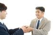 握手をする笑顔のビジネスマン