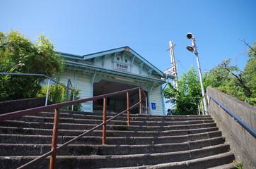 階段と木造駅舎