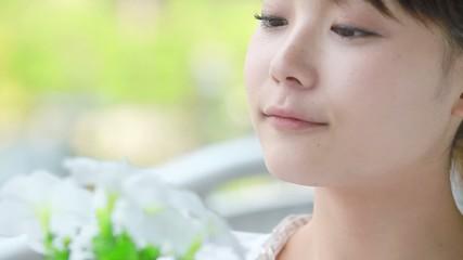 白い鉢植えを愛でる女性3