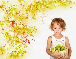 bambina con la cesta di uva bianca