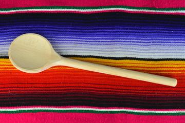 Mexicaans koken met mexicaans kleed als decoratie
