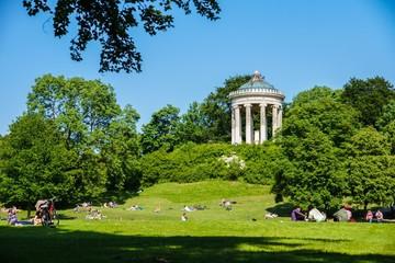 Picknick im Englischen Garten beim Monopterus