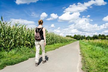 Frau auf Wanderweg
