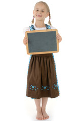 Mädchen in Dirndl hält Tafel mit Textfreiraum