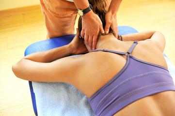 Patient mit HWS beim Physiotherapeuten