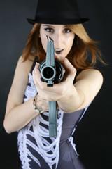 Teenager zu Halloween zielt mit Gewehr