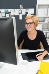 kreative junge frau arbeitet am computer