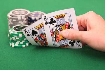 Zwei Spielkarten und Stapel Jetons