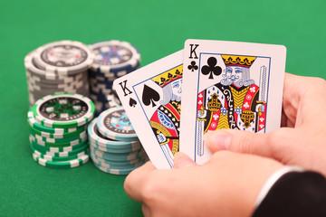 Pokerspieler hält Karten in der Hand