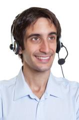 Mann im Headset spricht mit einem Kunden
