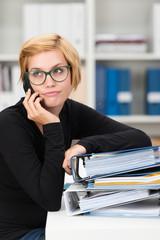 gestresste studentin mit telefon und akten