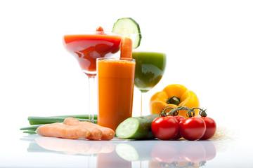 Gemüse Smoothies mit Tomate, Karotte, Gurke,  weißer Hintergrund