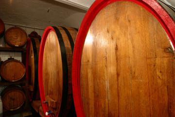 botti barili contenitori in legno per invecchiamento del vino