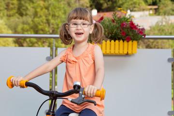 Fröhliches Mädchen auf Fahrrad