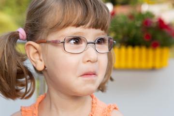 Kleines Mädchen beginnt zu weinen