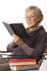 donna leggere seduta