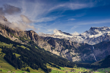 Malerische Berglandschaft mit Schneegipfeln