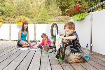 Mutter verbringt Zeit mit ihren Kindern
