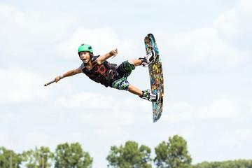 Fliegender Wakeboarder Wassersport