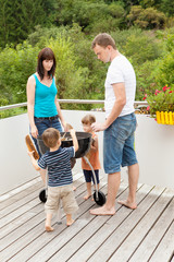 Familie beim Anheizen des Grills