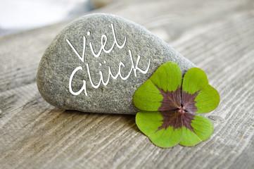 Stein mit Klee und Viel Glück