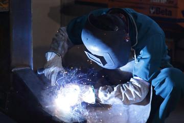 operaio metalmeccanico saldatore con schermo protettivo