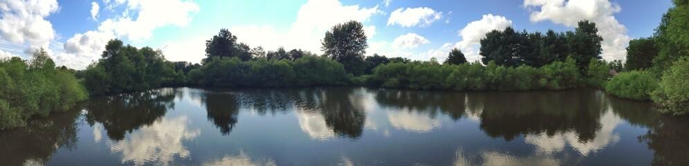 Panorama von Teich im Sommer