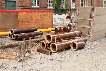 Strassenbauarbeiten - Rohre aus Ton und Verbauplatten
