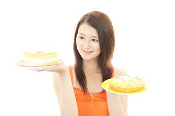 デザートを食べる女性