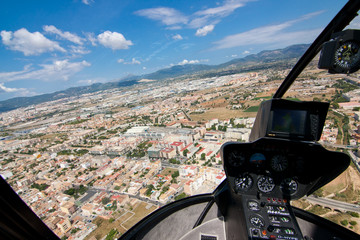 панорама города из кабины вертолета