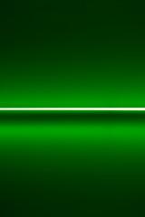 Beleuchtete grüne Wand mit einem weißen Streifen