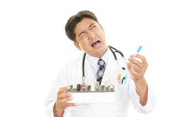 困惑した表情の医師