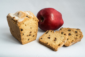 Apple and cake with raisins