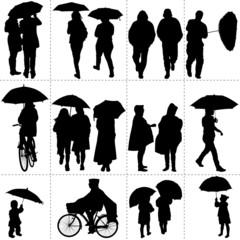 Silhouettes de passants sous la pluie