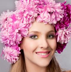 Девушка с красивым макияжем и пионами на голове