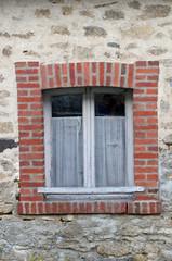 fenêtre en bois d'une vieille maison en pierre