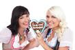 Zwei junge Frauen im Dirndl mit Lebkuchenherz