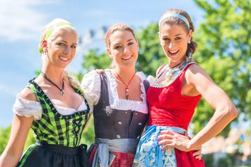 Freundinnen besuchen Volksfest haben Spaß