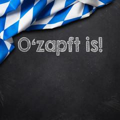 bayrisches Tischtuch auf Tafel mit Nachricht 'O'zapft is'