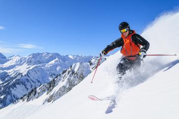 Tiefschnee-Traum beim Skifahren