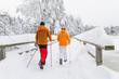 Walken im verschneiten Park