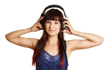 junge Frau hört mit Kopfhörern Musik