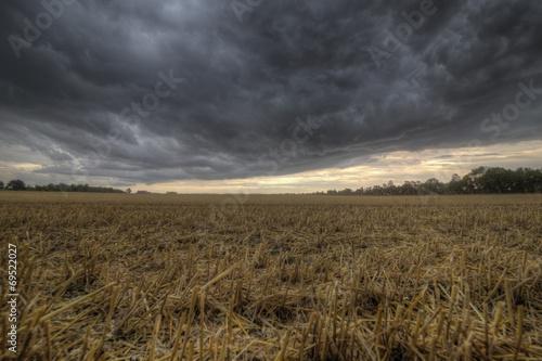 canvas print picture Stoppelfeld und aufziehendes Unwetter