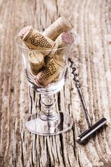 tappi di sughero in calice di vino